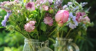 We love this just picked flower style! | True English country garden wedding flo...