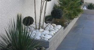 Stützmauer an der Seite des Hauses - Pflanzengarten